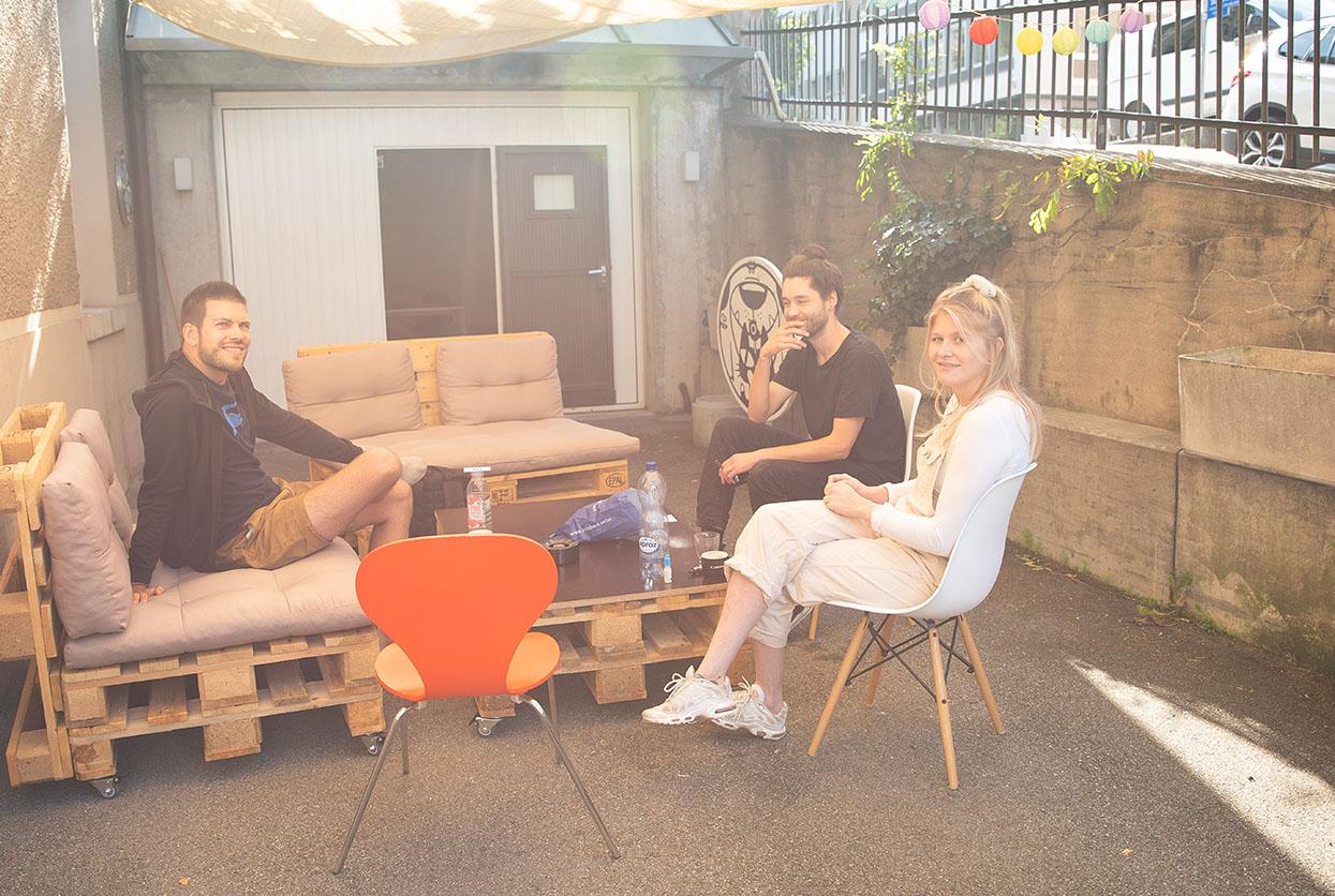 Perspektiven, Beitragsbild der Pixelfarm mit Sandro Gygli, Tom Hänni und Zora Gauch vor ihrem Atelier